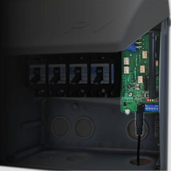 PV報知器、接続箱に組み込んだ状態の写真